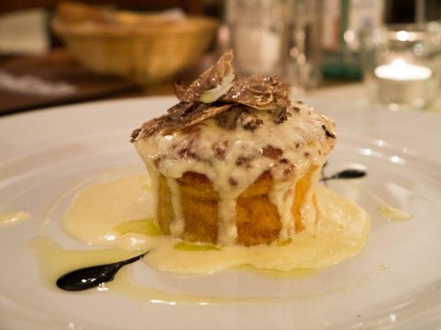 Delizia Zapiekana ricotta nadziewana truflami z sosem na bazie sera pecorino posypana płatkami świeżych trufli