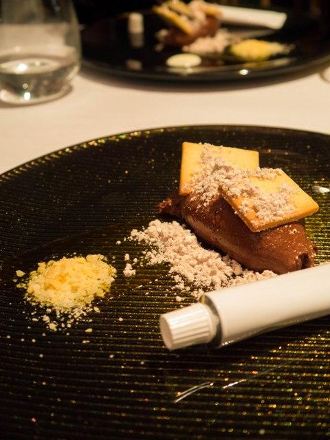 Mus czekoladowy z yuzu, puder czekoladowo orzechowy, sos z białej czekolady w restauracji NOLITA