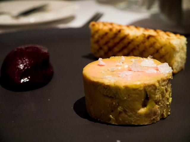 Foie gras marynowana w porto, sorbet z aronii, domowy brioche w restauracji w NOLITA