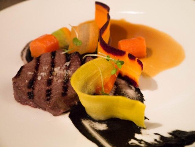 Antrykot wołowy z marchewką i puree truflowym w restauracji Tamka 43
