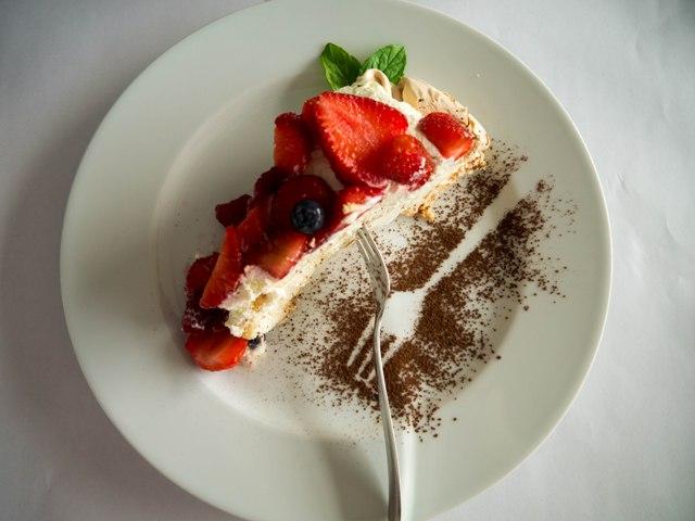 Basico Tort bezowy z owocami i bitą śmietaną