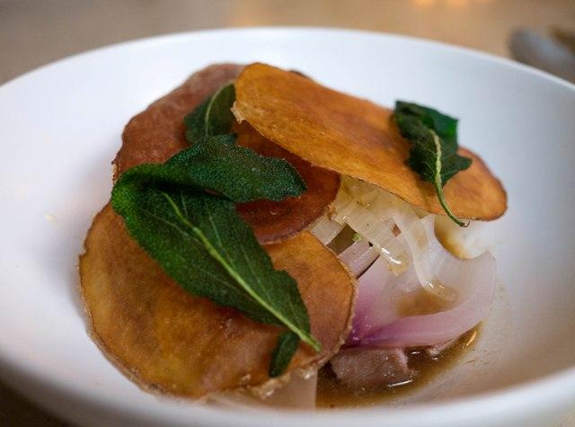 Le Chateaubriand Tuńczyk z szałwią i czipsami ziemniaczanymi