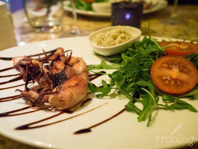 Bistro Pigalle Kalmary baby pieczone na sałacie z sosem tatarskim