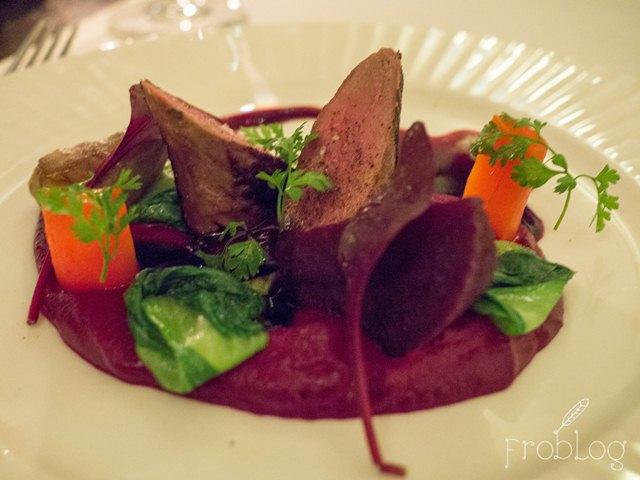 La Rotisserie Pieczony comber z sarny z jesiennymi warzywami