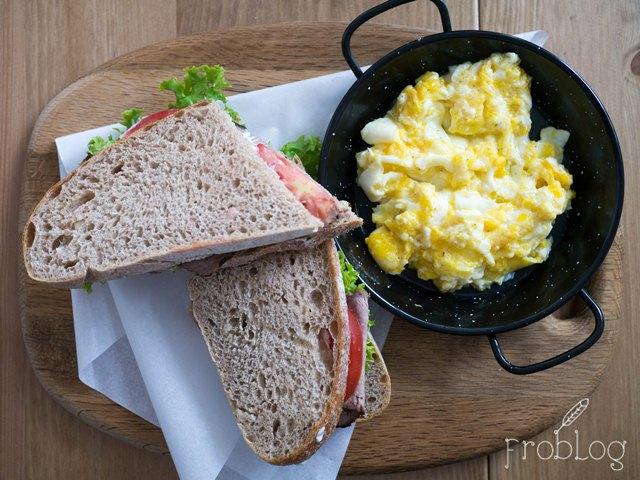 Czuła Buła Jajówka i kanapka z rostbefem