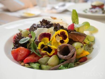 Szklarnia Sałata ze stekiem z sezonowanego rostbefu, agrestem, grillowanymi pomidorkami i papryką, płatkami parmezanu i olejem z pestek dyni
