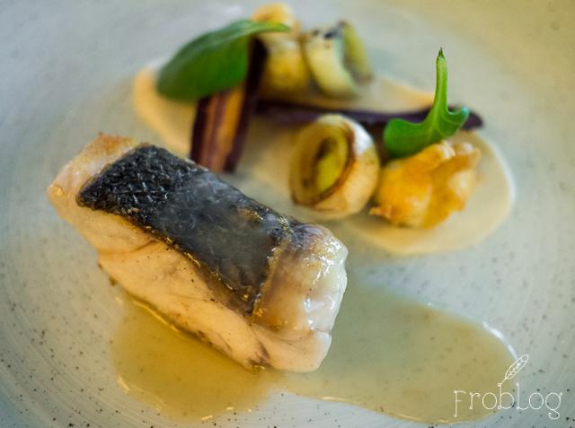 Brasserie Moderne Okoń morski, kalafior puree i tempura, por, rybne veloute
