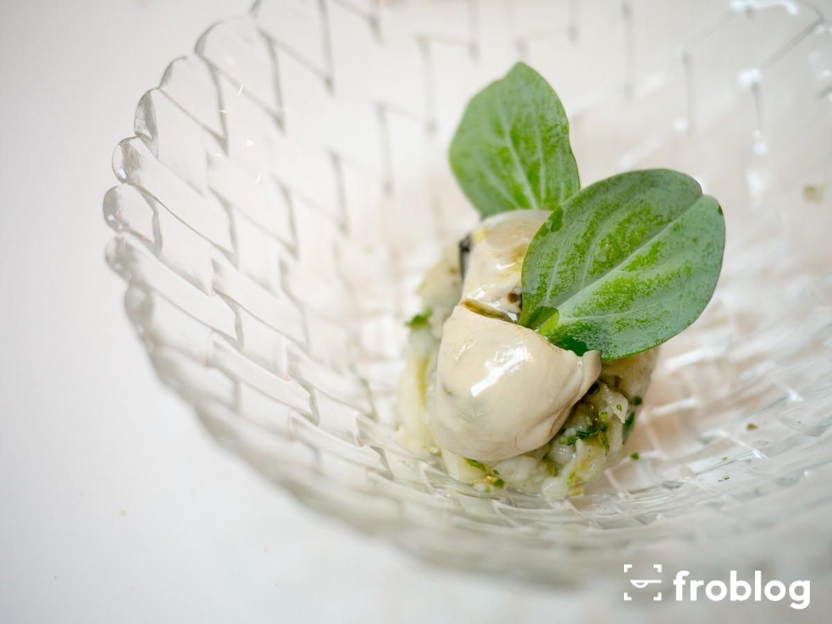 Monastrell: Ostryga na tatarze z bakłażana, cebuli i kolendry