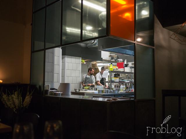 Kieliszki na Próżnej Otwarta kuchnia