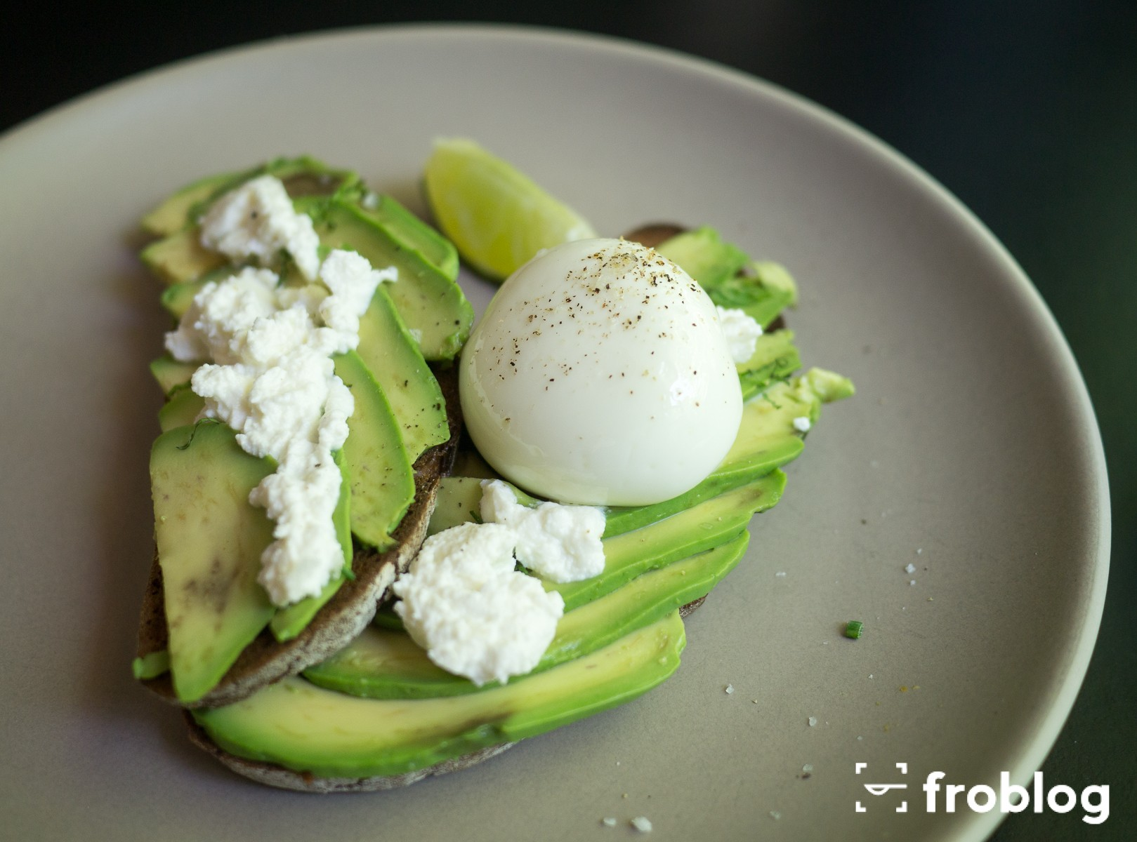 Gdzie jeść w Barcelonie śniadanie: Federal: Razowe tosty z ricottą, avocado i jajkiem