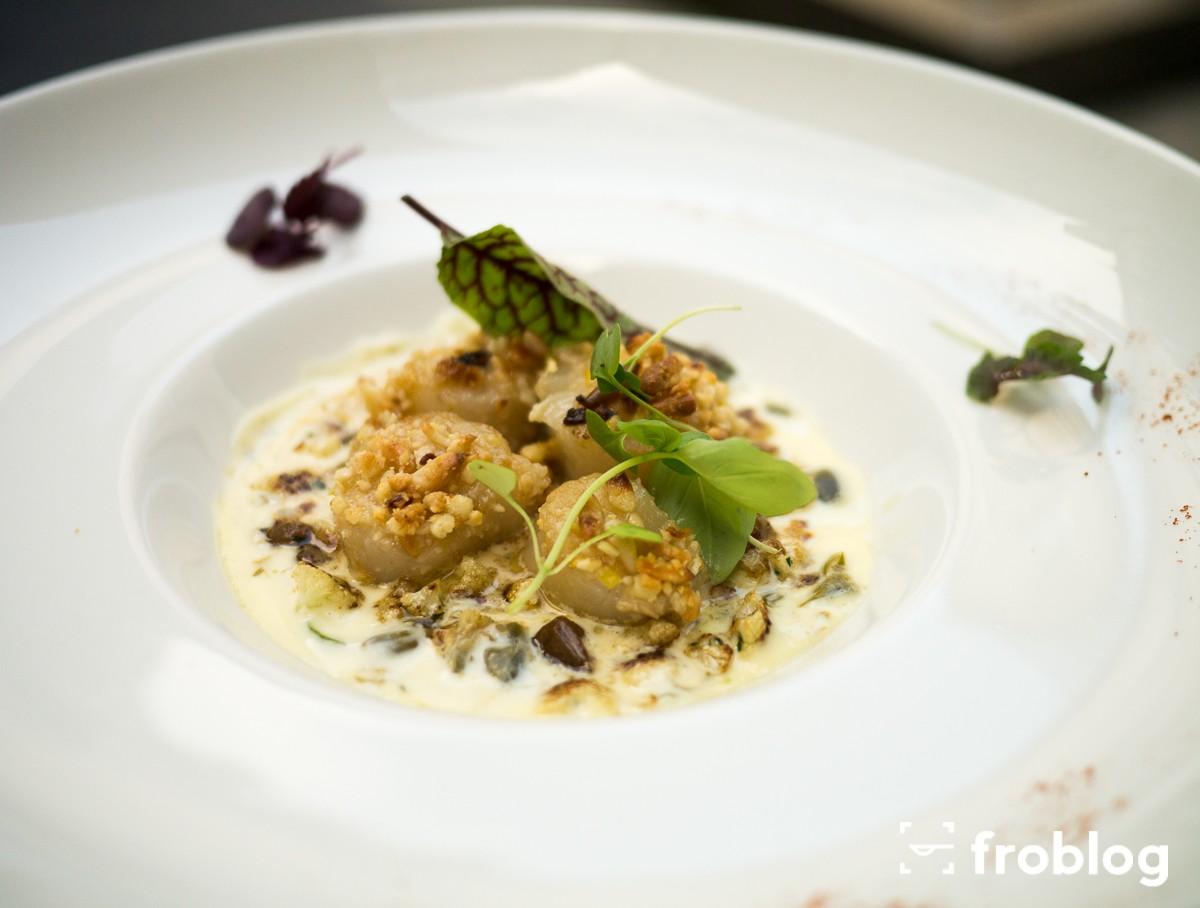 La Rotisserie: Ragout z małży Św. Jakuba z pini, kalafiorem, rodzynkami, beurre blanc z kaparami i dymką