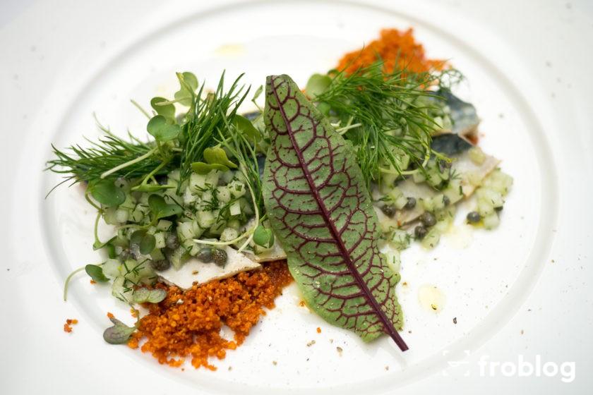 La Rotisserie: Sałatka z opiekanej makreli, relish z ogórków i kaparów