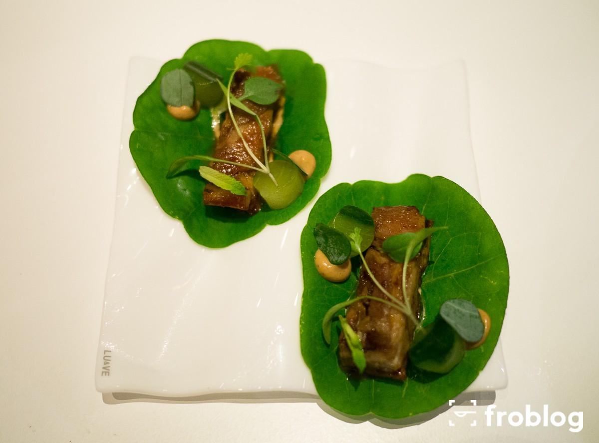 Tickets: Taco z prosięciem, jabłkiem i marynowanym ogórkiem (liście jadalne)