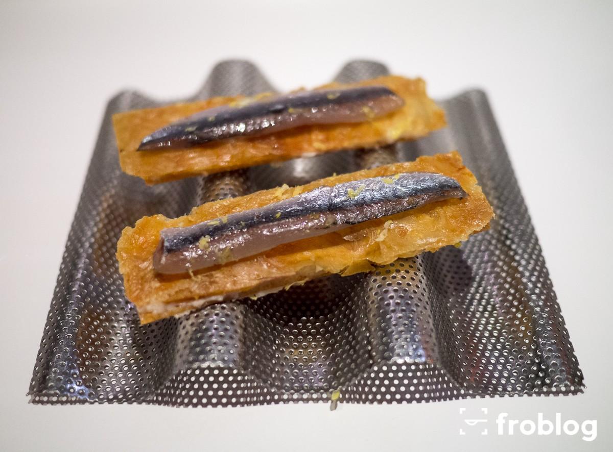 Tickets: Crostini z skórą z kurczaka i pastą rybną z białymi anchovies