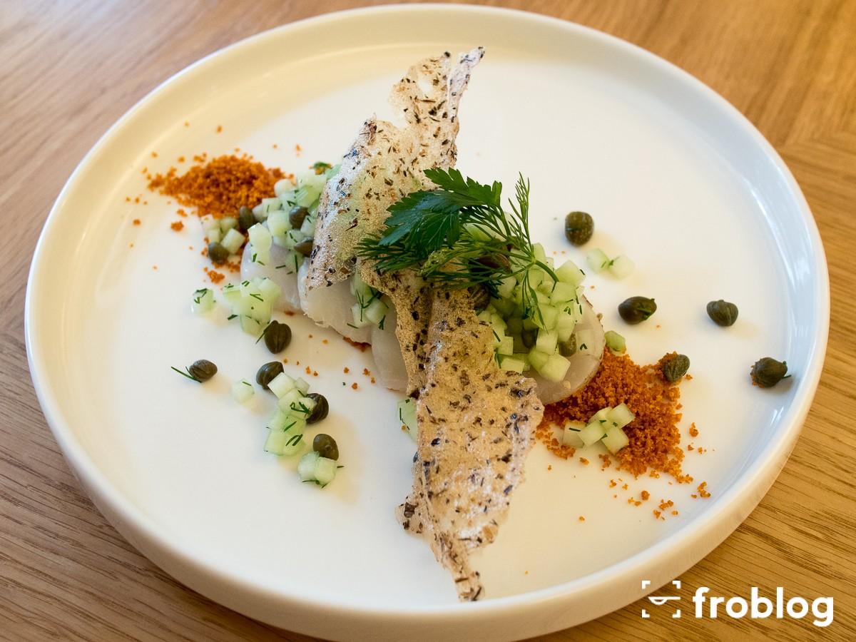 Ceviche ze skreia z chrupiącą papryką, relish z ogórków i kaparów