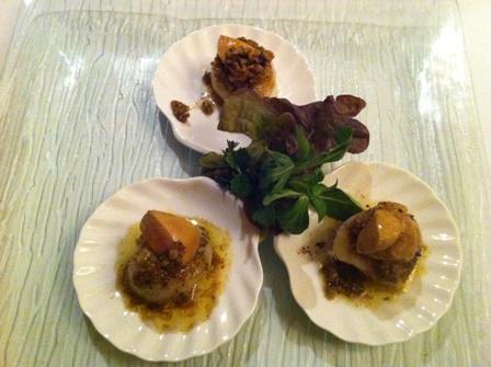 Świeże małże św. Jakuba z vinaigrette gourmande i pieczona foie gras